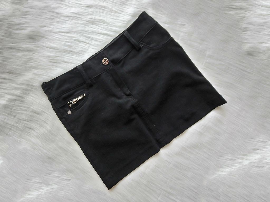 Czarna obcisła mini spódniczka