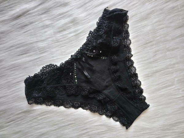 Czarne figi z diamencikami i koronkowymi elementami