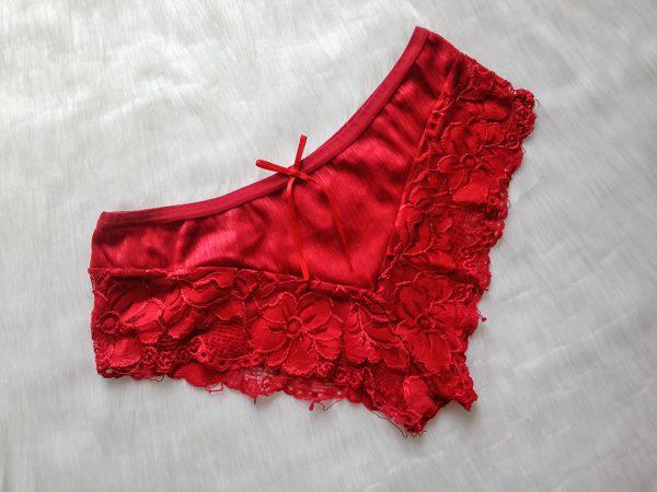 Czerwone koronkowe bokserki