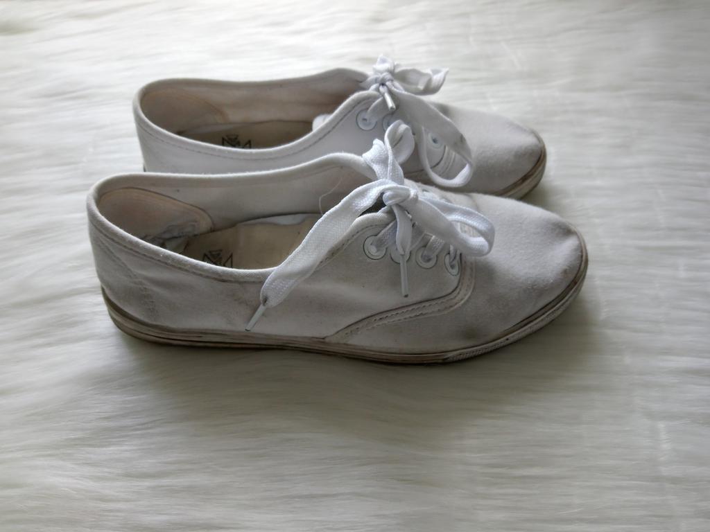 Białe sportowe zużyte buty