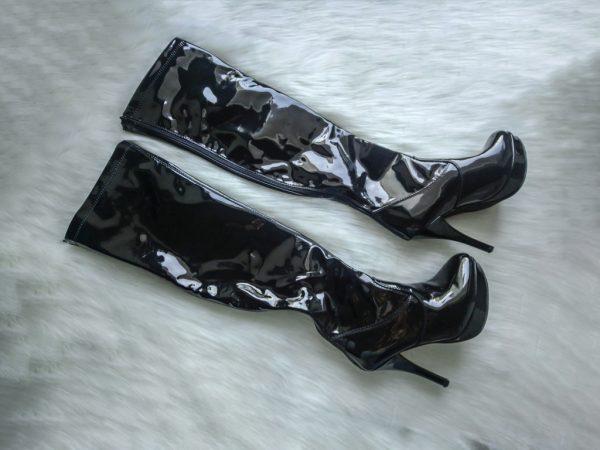 Czarne lakierowane kozaki na obcasie za kolano