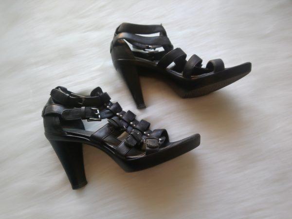 Czarne sandały na obcasie z wieloma paskami