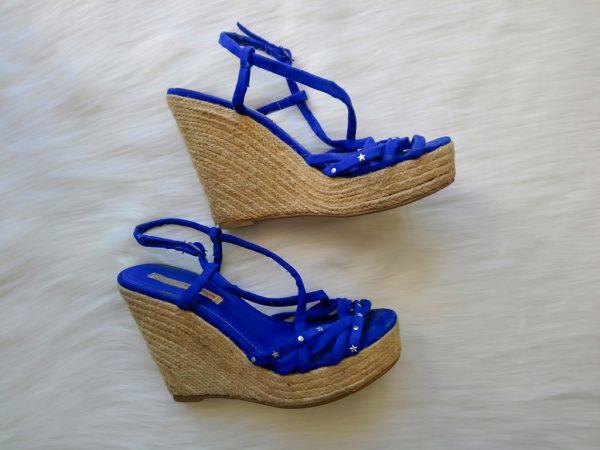 Niebieskie sandałki na wysokim koturnie