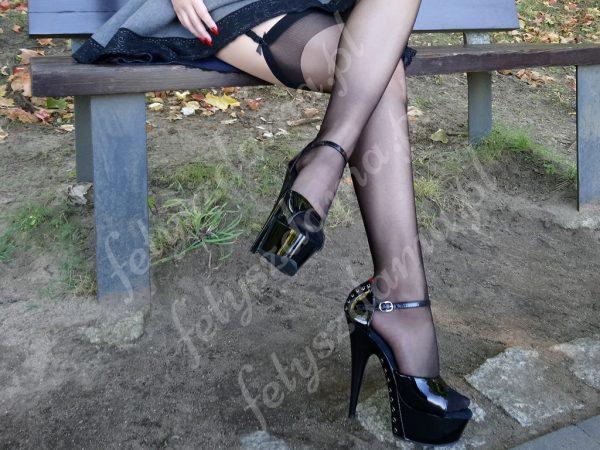 Czarne noszone pończochy do pasa