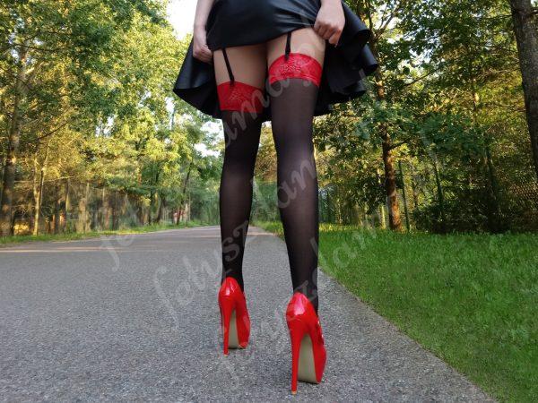 Czarne pończochy z czerwoną koronką