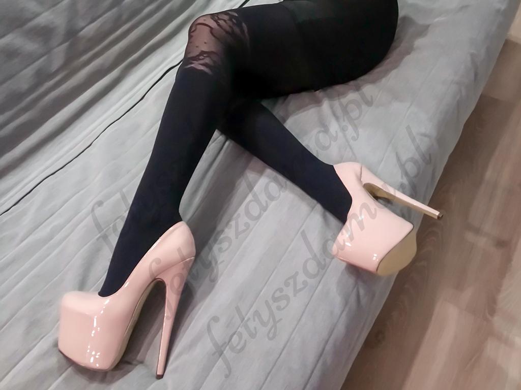 Czarne rajstopy z koronką na kolanach
