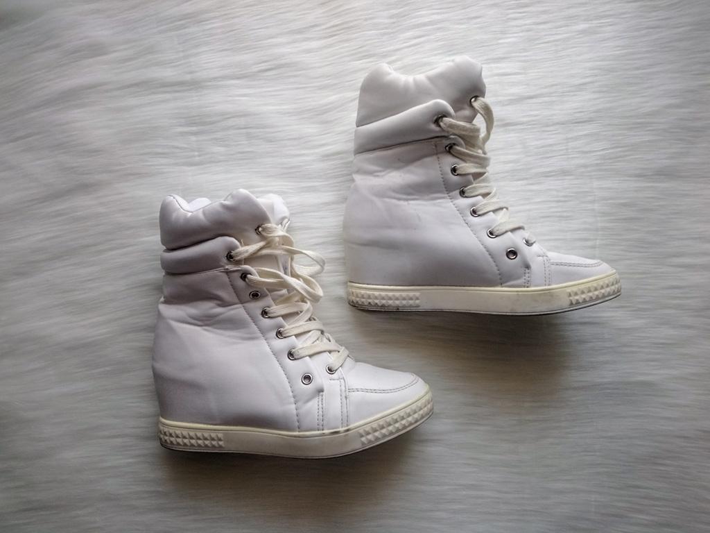 Białe sneakersy wiązane za kostkę