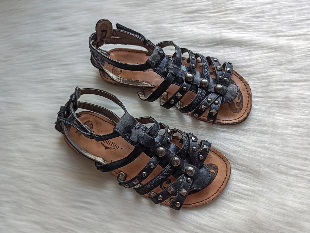 Sandałki z czarnymi paseczkami