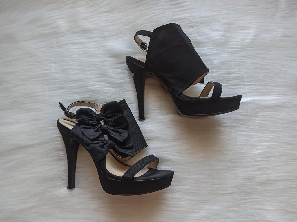 Czarne sandałki z kokardkami