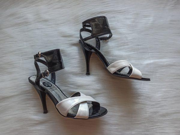 Czarno-białe sandałki na obcasie