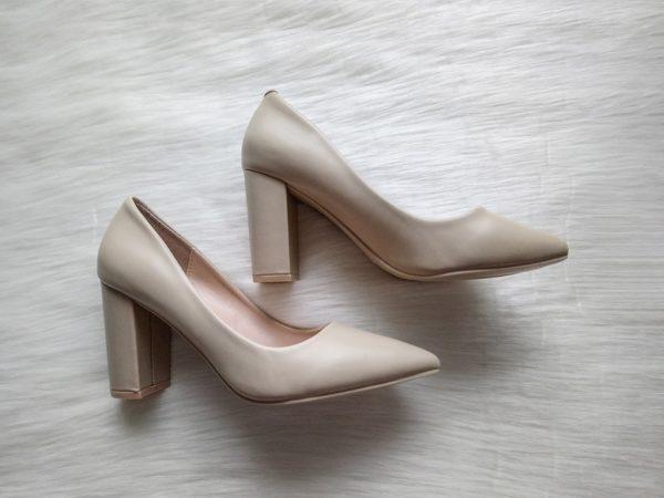 Beżowe skórzane buty na obcasie