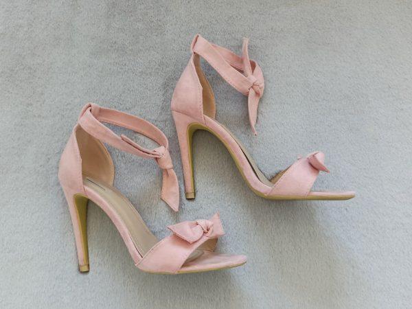 Różowe wiązane sandałki